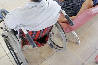 椅子に座る人の写真・画像素材[1328048]