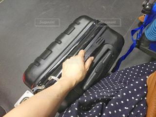 銃を持っている人の写真・画像素材[1328165]