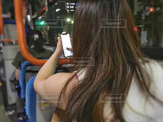 バスでスマホをいじる女性の写真・画像素材[1328166]