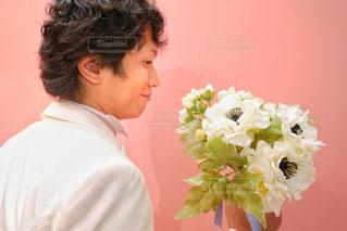 花を持ってる新郎の男性の写真・画像素材[1341872]