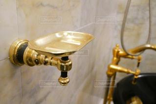ゴールドのお風呂場の写真・画像素材[1347522]