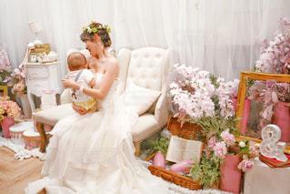 白いウエディングドレスを着た親子の写真・画像素材[1353861]