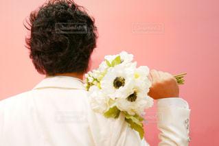 花を持っている新郎の男性の写真・画像素材[1355426]