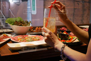 テーブルの前で食事する女性の写真・画像素材[1374396]