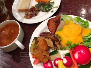 テーブルの上に食べ物のプレートの写真・画像素材[1396862]