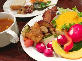 テーブルの上に食べ物のプレートの写真・画像素材[1396864]