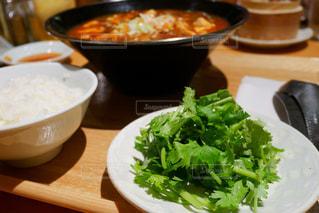 テーブルの上に食べ物のボウルの写真・画像素材[1401276]