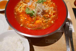 テーブルにあるスープのボウルの写真・画像素材[1401277]