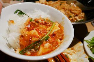 板の上に食べ物のボウルの写真・画像素材[1401281]