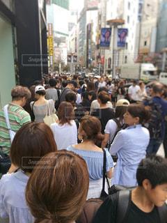 行列に並ぶ人々の写真・画像素材[1406556]