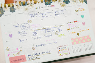 スケジュールをカレンダーに書き込んだ予定表の写真・画像素材[1423237]