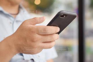 スマートホンを操作する男性の写真・画像素材[1425280]