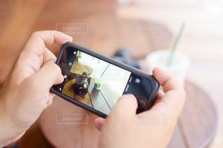 写真を撮影する男性の手元の写真・画像素材[1425281]