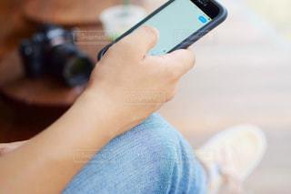 スマートホンを操作する男性の写真・画像素材[1425283]
