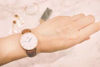腕時計をする女性の写真・画像素材[1427341]