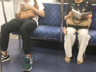 ベンチに座って女と男の写真・画像素材[1427426]