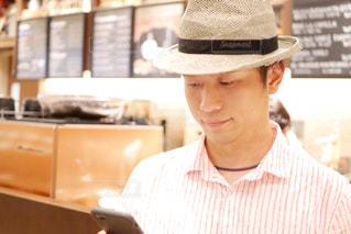 帽子をかぶっている男性の写真・画像素材[1429135]