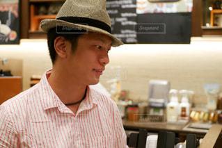 帽子をかぶっている男性がカフェで注文の写真・画像素材[1429136]