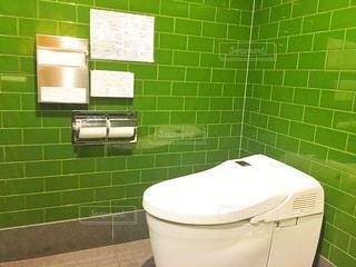 緑と白のタイル張りのトイレの写真・画像素材[1434874]