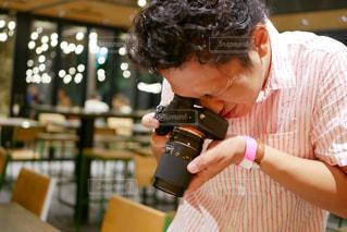 カメラで撮影する男性の写真・画像素材[1435008]