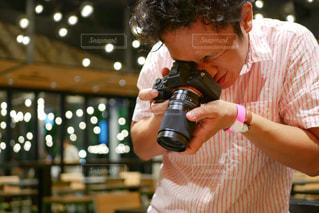 カメラで撮影する男性の写真・画像素材[1435010]