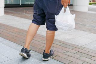 歩道の上に立っている男性の写真・画像素材[1436951]