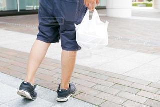 歩道に立っている人の写真・画像素材[1436953]
