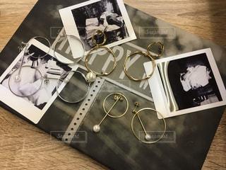 テーブルの上のピアスの写真・画像素材[1440891]