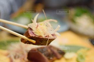 フォークで食べ物の皿の写真・画像素材[1441088]