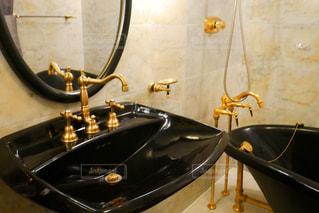 ゴージャスな洗面台や鏡にある部屋の写真・画像素材[1451262]