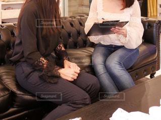 ソファの上に座っている女性2人組の写真・画像素材[1451312]
