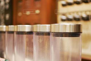 複数のガラス瓶が並んだ写真の写真・画像素材[1504895]