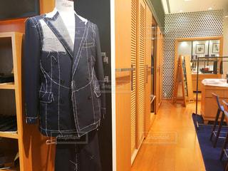 お店でネクタイとスーツをオーダーする写真の写真・画像素材[1504910]