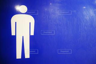 近くの男性トイレのマークの写真・画像素材[1517867]