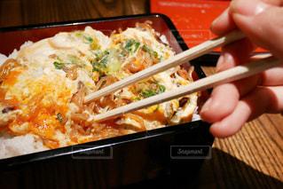 天丼を食べようとする箸を持つ女性の手元の写真・画像素材[1517870]