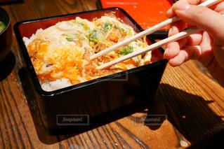 食品、スプーン、テーブルの上のトレイの写真・画像素材[1517871]
