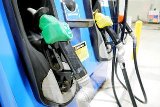 近くにガソリンスタンドの給油スタンドのアップの写真・画像素材[1521420]