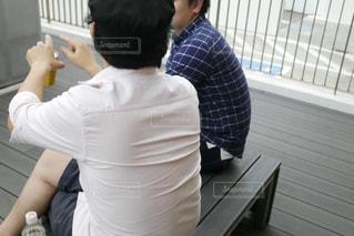 ベンチに座る2人組の写真・画像素材[1521453]