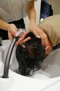 洗髪されている男性の写真・画像素材[1528523]