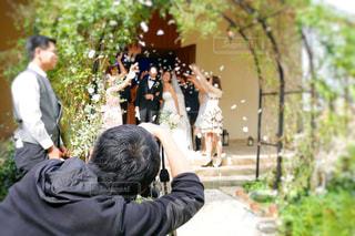挙式中の撮影をするカメラマンの写真・画像素材[1549415]