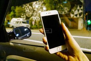 携帯電話を持つ女性の手の写真・画像素材[1561228]