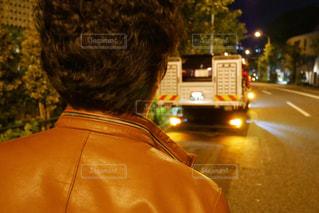 レッカー車に乗った故障車を見送る男性の写真・画像素材[1561231]
