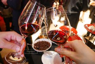 ワイングラスを持つテーブルに座っている2人組の写真・画像素材[1564448]