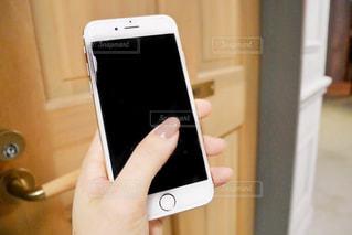 携帯電話を持つ女性の手の写真・画像素材[1586696]