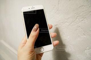 携帯電話を持つ女性の手の写真・画像素材[1586697]