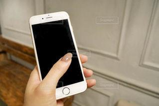 携帯電話を持つ女性の手の写真・画像素材[1586698]