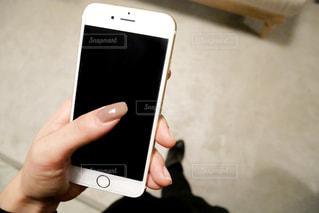 携帯電話を持つ女性の手の写真・画像素材[1586699]