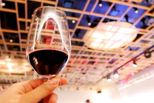 ワインのグラスを持っている手の写真・画像素材[1588248]
