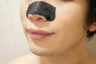 鼻パックをしてる男性の写真・画像素材[1602397]