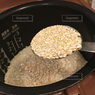 板の上に食べ物の米の写真・画像素材[1604314]